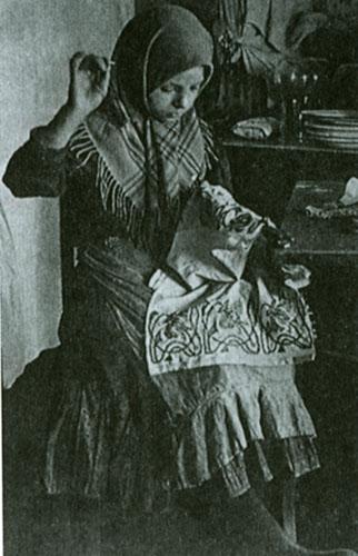 Девушка за вышивание фото