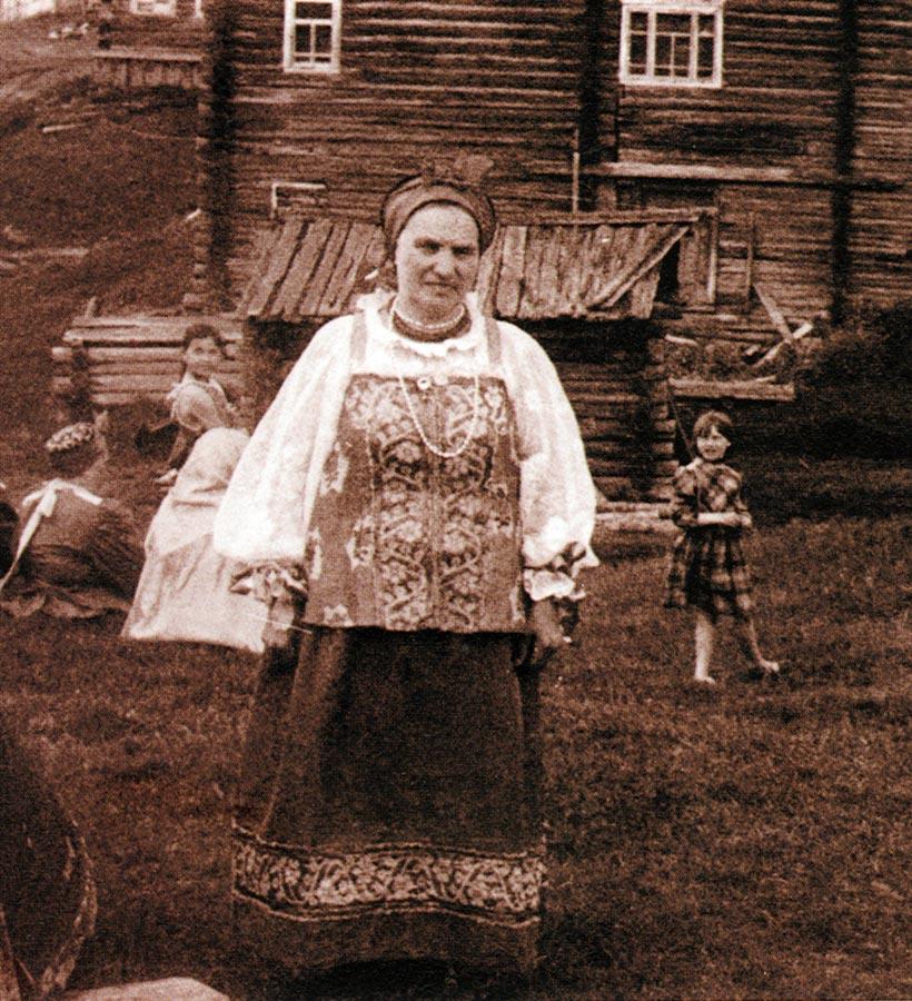 Женщина в старинном костюме.  Фото Н.П. Лютиковой 1988 г. Деревня Кимжу...