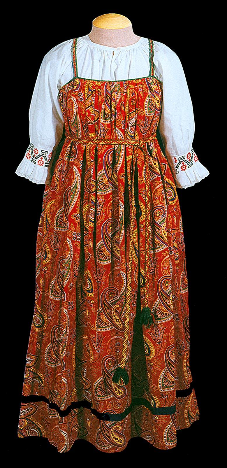 России носили костюм близкий по характеру к северному, однако, . . Сарафан - народная русская женская