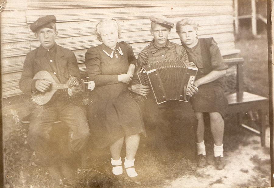 Маракова В.Н. На войну уходят милые... Снимок 1941 года