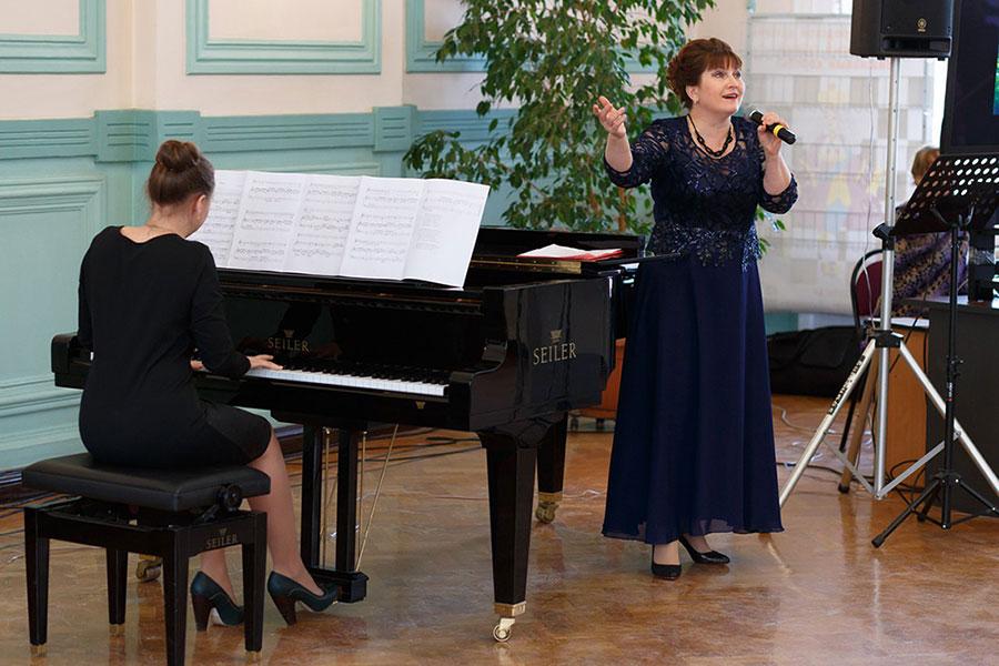 Поет Ирина Аверичева