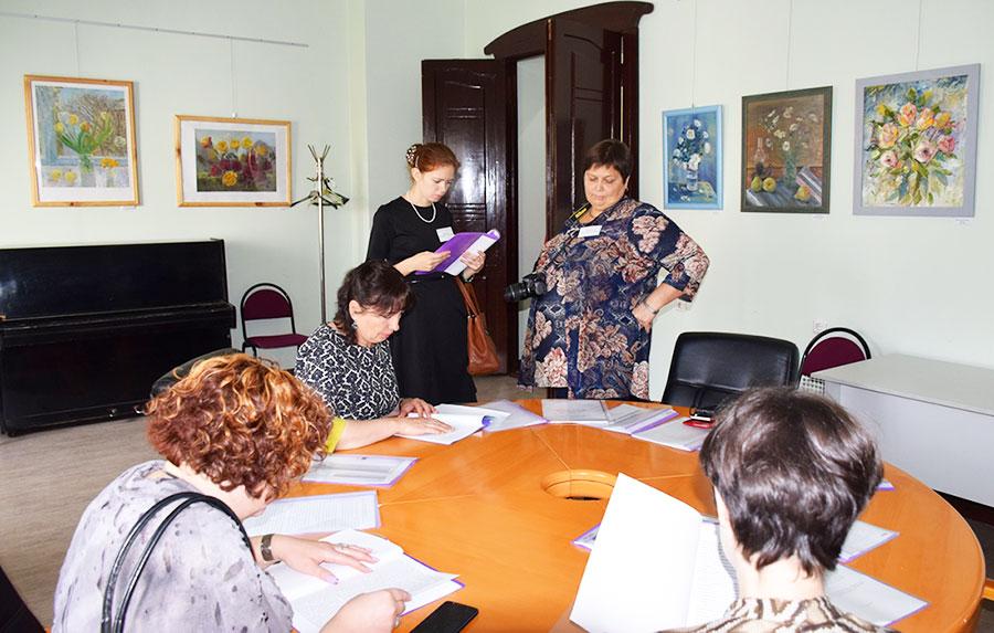 Участники семинара знакомятся со стендовыми докладами