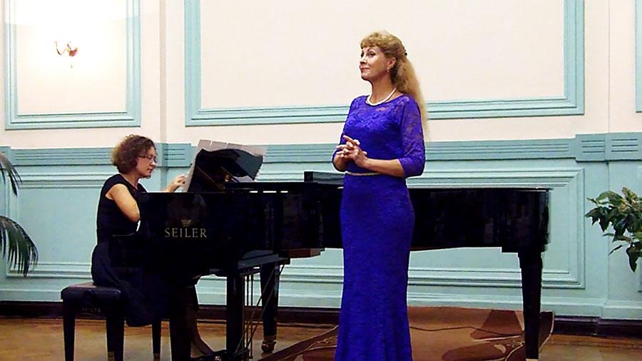 Поет Марина Алексеева. У рояля Ольга Никонова