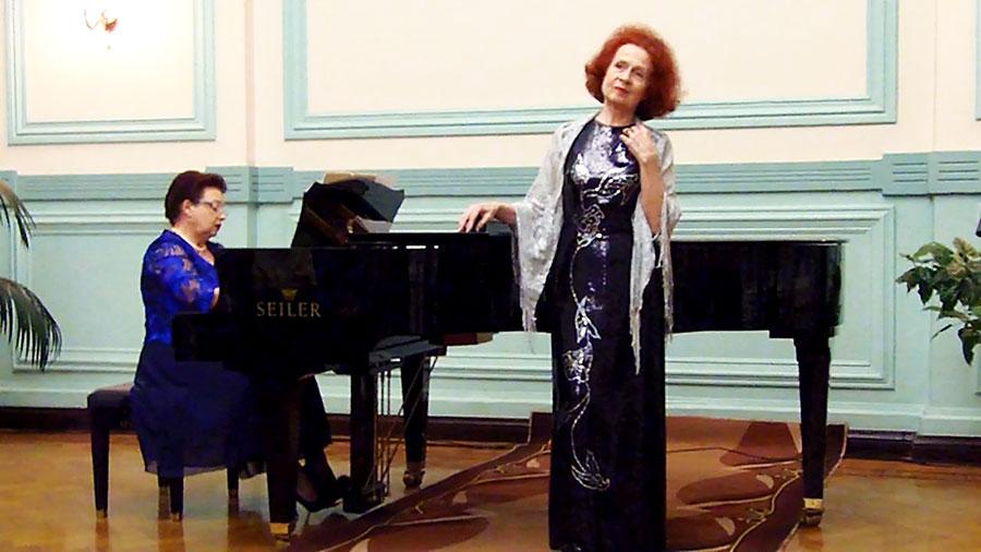 Поет заслуженная артистка России Татьяна Плисс. У рояля Светлана Никитина