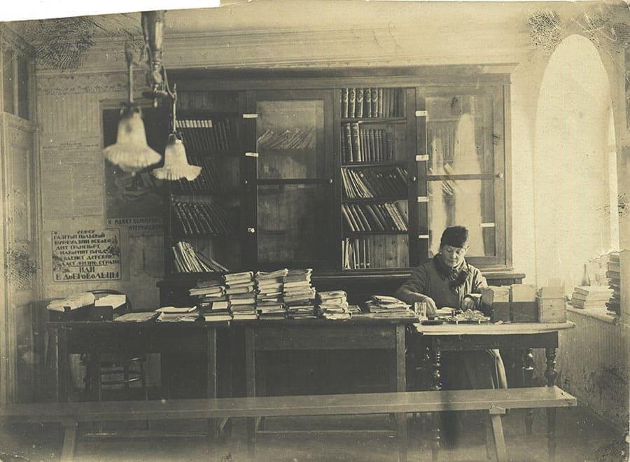 В библиотеке. Фото 1924 г. ГАВО № 8002 (8909)