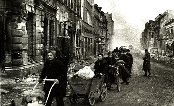 Бедствие войны… Население Берлина, спасаясь от  уличных  боев, уходит в  освобожденные советскими войсками районы